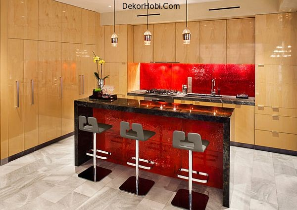 Modern-kitchen-with-red-accent-backsplash-and-island