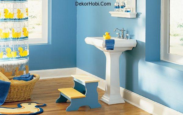 Fun-bathroom-design-with-a-yellow-rubber-duck-theme