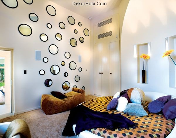 Round-bed-and-circular-mirrors-on-the-walls-help-bring-back-the-70s-in-style
