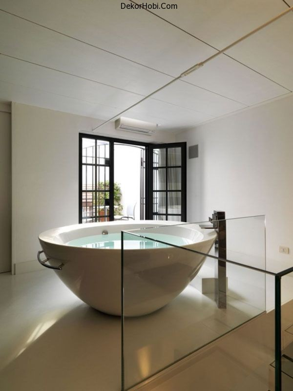 upstairs-round-bathtub1