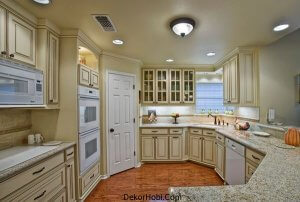 Beautiful-traditional-kitchen-that-uses-corner-space-to-perfection