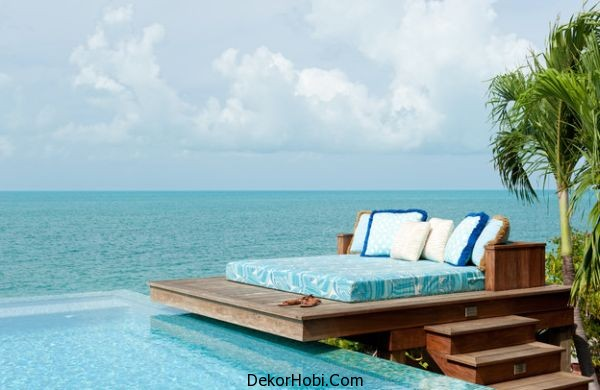 Dream-deck-space-that-sports-an-unexpectedly-simple-daybed