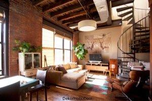 Bu oturma odasında metal, ahşap ve tuğla yüzeyler bir arada