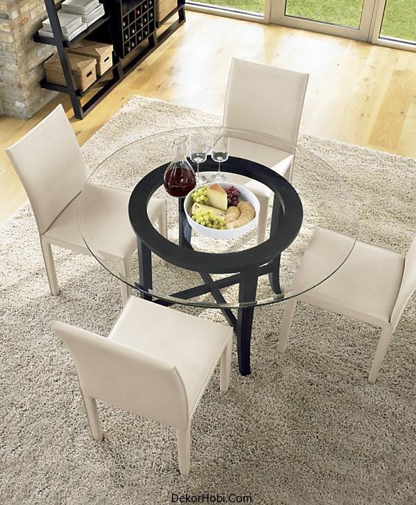 cam ve ahşap yemek masası